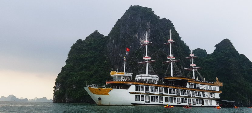 Bai Tu Long bay: backpackers on a luxury cruise